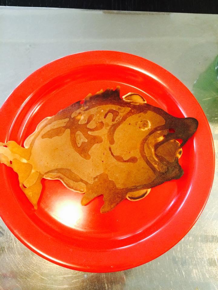 ブラックバスの形のパンケーキ