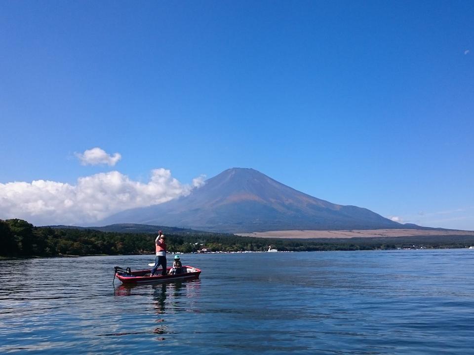 山中湖から富士山を望む