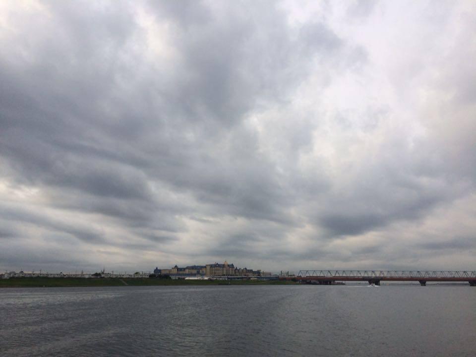 上流から舞浜大橋と東京ディズニーランドを望む
