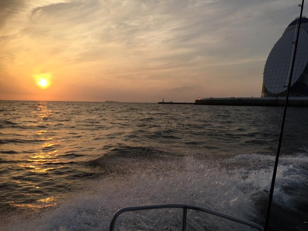 シーバスボートから見る朝日