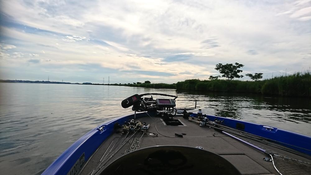 バスボートで利根川に浮く